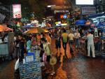 Jedna z rušných nočních ulic v Thajsku